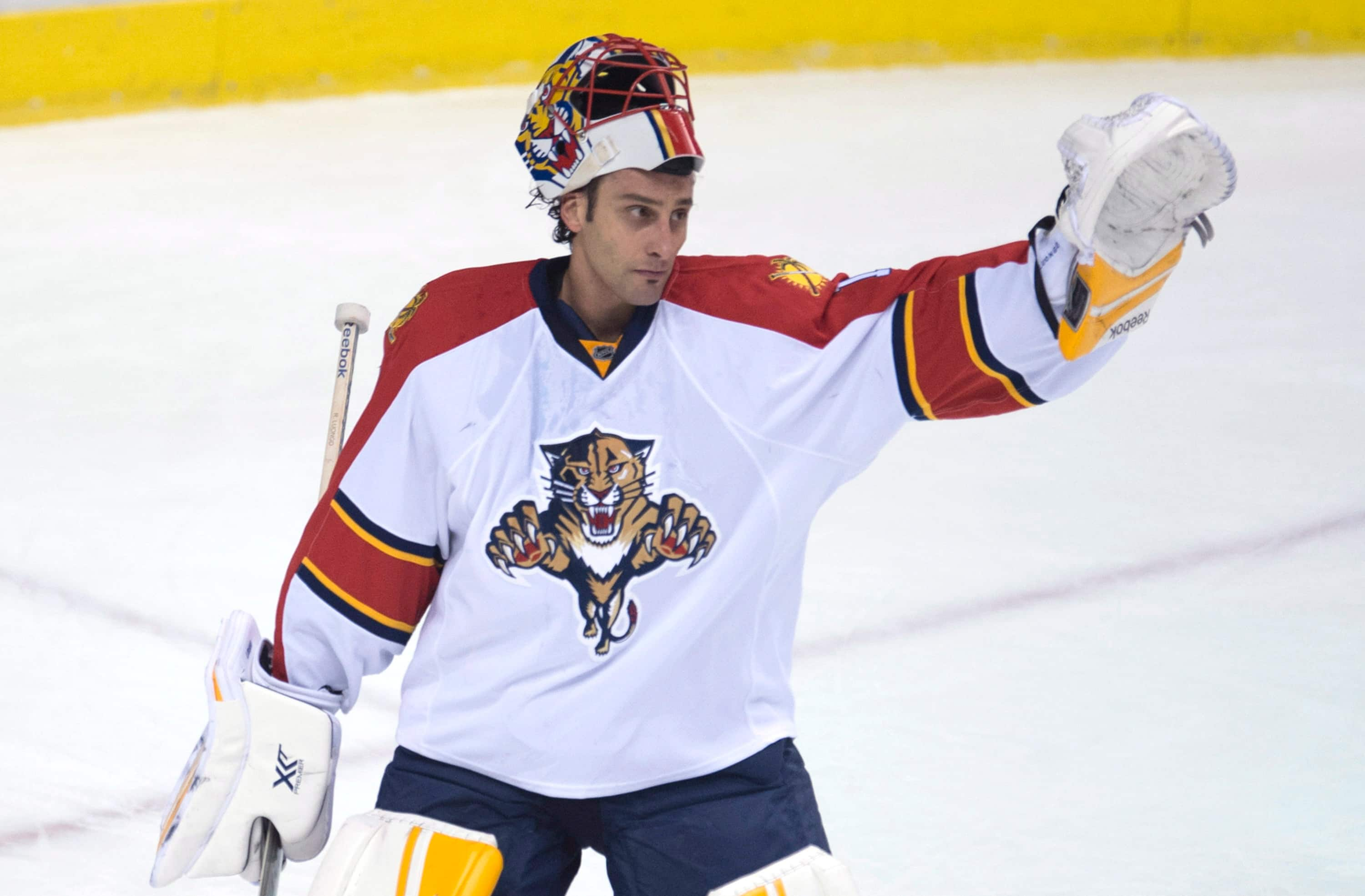Roberto Luongo Honoured Then Beats Canucks In Return Cbc Sports