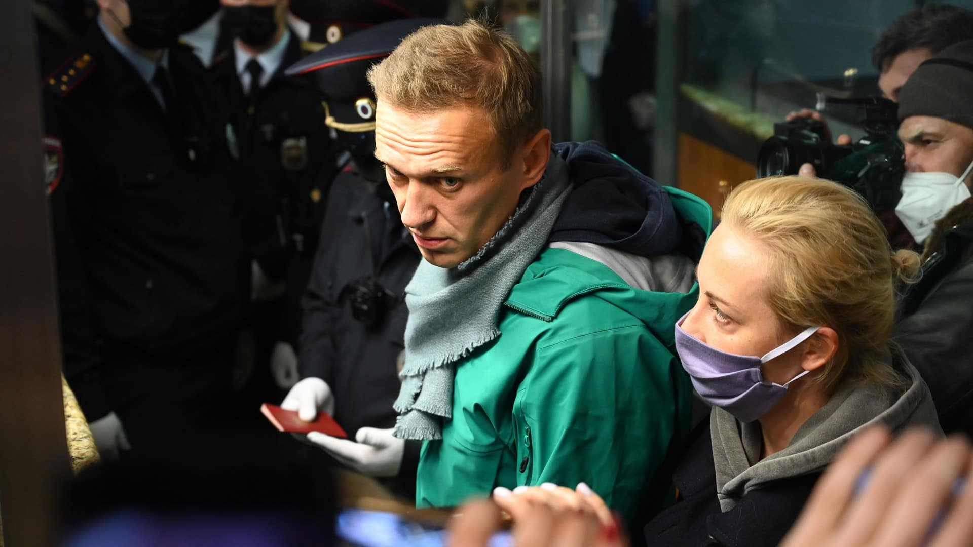 Kremlin critic Alexei Navalny detained upon arrival back in Russia thumbnail