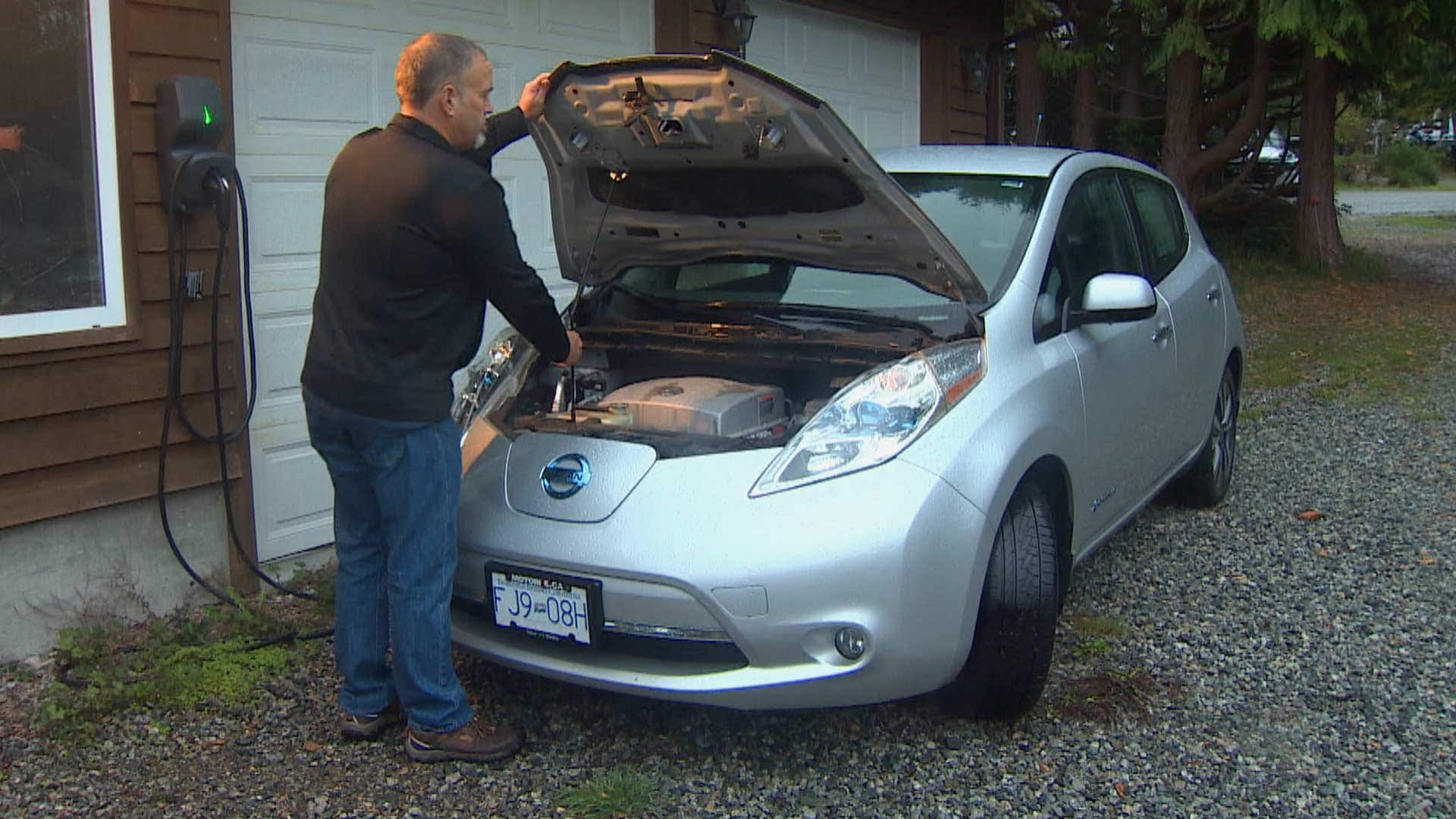 Owner of All all-electric Nissan Leaf frustrated by Problem of getting new battery thumbnail